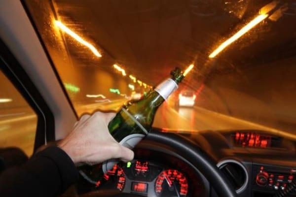 Khi lái xe, nói không với rượi bia, chất kích thích