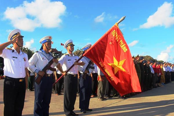 Hát vang Quốc ca trong lễ chào cờ tại đảo Trường Sa Lớn