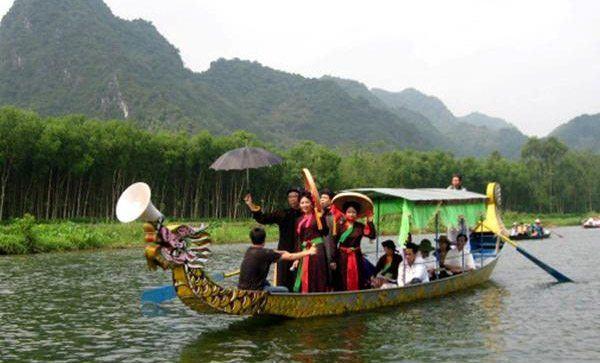 Đò chở khách trên sông Yến