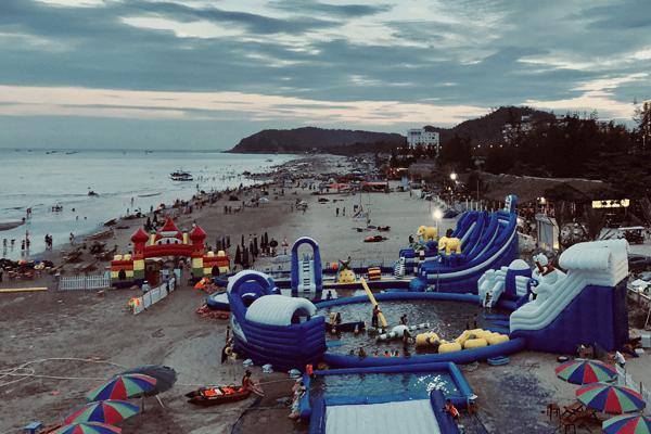 Bãi biển Hải Hòa hoang sơ, nước trong xanh, sóng vỗ hiền hòa.