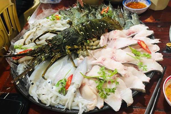 ở đây có rất nhiều hải sản tôm, cua ghẹ… cho bạn lựa chọn. Ảnh st
