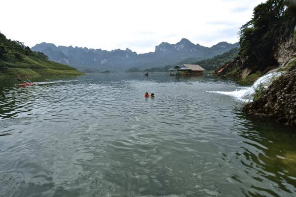 du khách đắm mình trong nước hồ màu ngọc bích