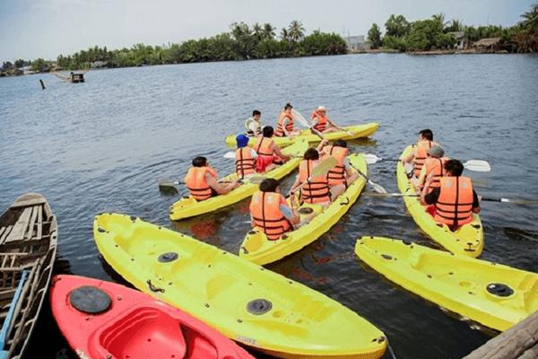 Tự chèo thuyền ra ngắm cảnh sông Đà