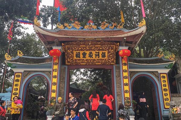 Ngôi đền nằm trong Quần thể di tích Thần vệ quốc Hoàng Bảy cùng Đền Cô Tân An