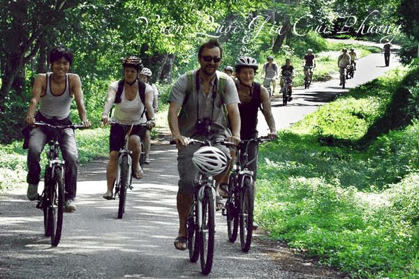Foreign tourists travel, cycle around the forest