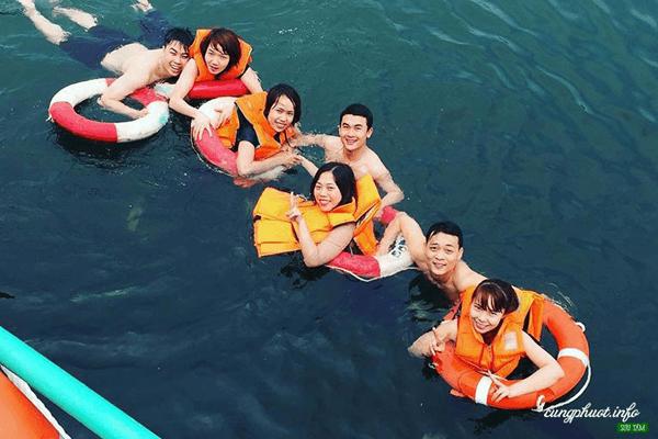 Bơi lội trên hồ