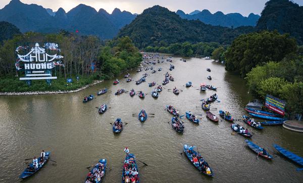 Khung cảnh danh thắng Hương Sơn và dòng người chay hội trên suối yến
