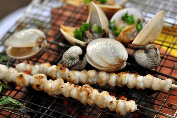 Hải sản nướng trên bãi biển. Ảnh st