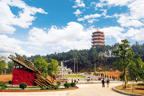 Tháp chuông với cụm tượng đài Đồng Lộc Ảnh: T.G