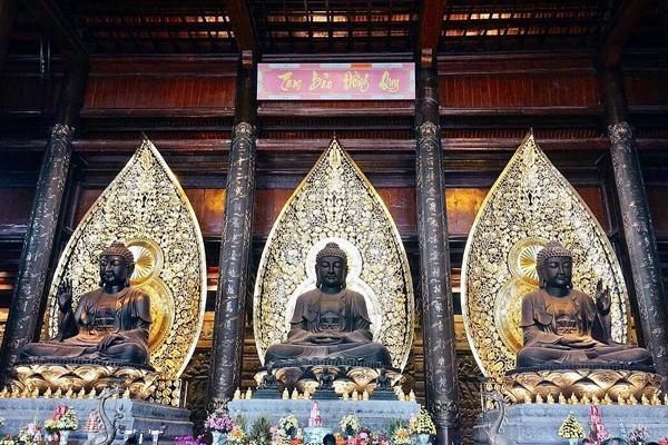 Ba bức tượng Phật Tổ được đúc bằng đồng đen